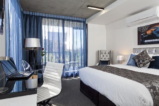 Studio deluxe king apartment budget st kilda road for Furnished studio rent melbourne